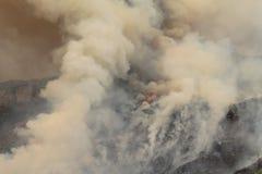 Vårbrand ~ 2013 ~ putsar av rök Arkivbilder