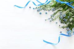 Vårbukett av blåa och delikata blåa blommor över vit träbakgrund Bästa sikt, lekmanna- lägenhet royaltyfri fotografi