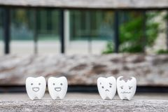 Vård- begrepp med sunda tänder och murkna tänder Arkivbild