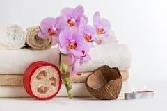 Vård- brunnsort- och blommaorkidé. Spa behandling - koppla av med stearinljus. Royaltyfri Foto