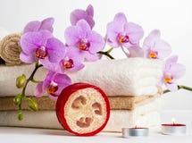 Vård- brunnsort- och blommaorkidé. Spa behandling - koppla av med stearinljus. Arkivbilder