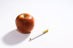 Vård- funktionsläge av liv Rött äpple och cigarett Arkivbild