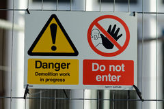 Vård- konstruktionsplats och säkerhetstecken Arkivfoto