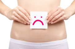Vård- kvinnlig kropp för kvinna som rymmer ledset leende för vitt kort nära magen sunt arkivbilder