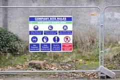 Vård- och för säkerhetsarbetsställe tecken på konstruktionsbyggnadsplatsen fotografering för bildbyråer