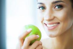 Vård- och skönhet Härlig ung flicka med vitt rymma för tänder Arkivbilder