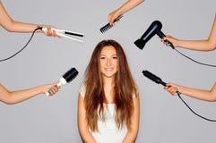 Vård- och skönhet Ung kvinna som får en skönhet och en hårstil i den samma tiden med händer som gör olika arbeten Arkivfoto