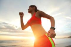 Vård- sportkvinna med den smarta klockan Fotografering för Bildbyråer
