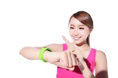 Vård- sportkvinna som bär den smarta klockan Royaltyfria Bilder