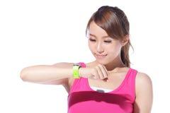 Vård- sportkvinna som bär den smarta klockan Royaltyfri Foto