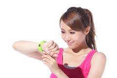 Vård- sportkvinna som bär den smarta klockan Arkivfoto