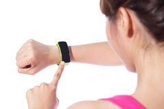 Vård- sportkvinna som bär den smarta klockan Arkivbilder