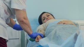 Vårda att lämna den kvinnliga patienten med droppande att vila stock video