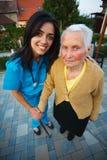 Vårda med den äldre kvinnan Arkivfoton
