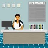 Vårda rådgivande sammanträde för sekreteraren för administratörkontorsarbetaren på tabellen på mottagandet och tala på telefonen arkivfoto