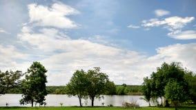 Vårdag, moln över en field02 Royaltyfri Bild