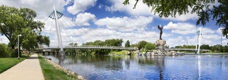 Vårdare av slättarna staty och bro i Wichita Kansas Arkivbilder