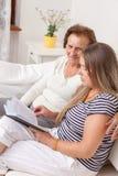 Vårdare som spenderar tid med en äldre kvinna Royaltyfria Bilder