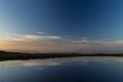 Vårdaredamm, Blorangen Höglandvatten på solnedgången Royaltyfria Bilder