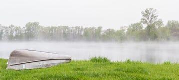 Vårdimma över sjön Arkivbild