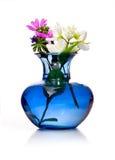Våren blommar i blå vas Arkivbild