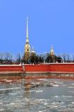 Våren bryter upp på Neva River i St Petersburg i aftonen Fotografering för Bildbyråer