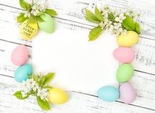 Våren för kortet för hälsningar för papper för garnering för påskägg blommar royaltyfri foto