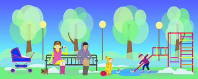 våren parkerar och mödrar med barn på lekplats Arkivbild