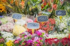 Vårfärg blommar till salu på marknad Arkivfoton