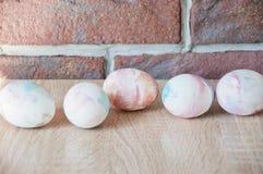 Vårferieförberedelse lyckliga easter Naturlig färg gjord easter äggbild Marmorskal målade ägg DIY och handgjort Äggjakt arkivfoton