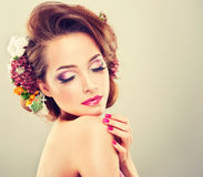 Vårfriskhet Flicka med delikata pastellfärgade blommor Arkivbild