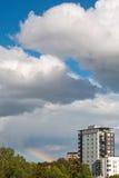 Vårhimlar med regnbågen Arkivfoton