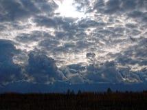 Vårhimlen för stormen Arkivbild