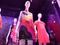 Vårklänningar, mode i ett NYC-lagerfönster, Manhattan, New York City, NY, USA Arkivfoton