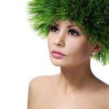Vårkvinna. Härlig flicka med hår för grönt gräs. Mode Arkivbilder