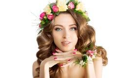 Vårkvinnaunga flickan blommar det härliga modellkransarmbandet arkivbild