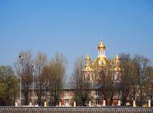 Vårlandskap med sikten av kyrkan, Ryssland arkivfoto