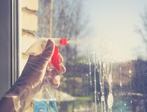 Vårlokalvård - lokalvårdfönster Händer för kvinna` s tvättar fönstret som gör ren arkivbilder