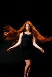 Vårmodell med blomman Sunt långt rött hår Härliga unga Wom royaltyfri fotografi