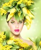 Vårmodellflicka med blommafrisyren royaltyfri fotografi