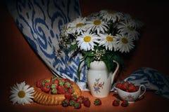 Vårsammansättning med den vita kamomillen, strawberies och uzbekiskt plant bröd Royaltyfria Foton