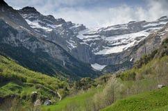 Vårsikt av bergbyn Gavarnie Arkivfoto