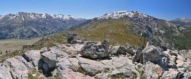 Vårsikt av de korsikanska höga bergen Arkivbild