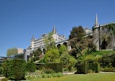 Vårsikt av den franska staden Pau Arkivfoto