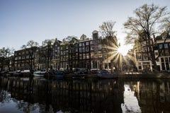 Vårsol på den Amsterdam floden Arkivbilder