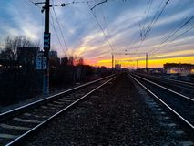 Vårsolnedgång över järnvägen i Ryssland royaltyfria bilder