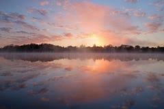 VårsoluppgångWhitford sjö Arkivfoto