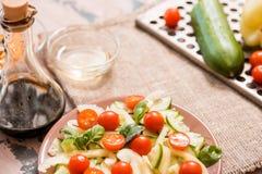 Vårsommar bantar sallad med jordgubbar, gurkan, grön fältsallad och yoghurtmintkaramellsås som tjänas som i blåttplatta med torkd Arkivbild
