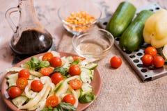 Vårsommar bantar sallad med jordgubbar, gurkan, grön fältsallad och yoghurtmintkaramellsås som tjänas som i blåttplatta med torkd Arkivfoton