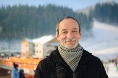Vårståenden av den äldre mannen med ett grått skägg Royaltyfria Foton